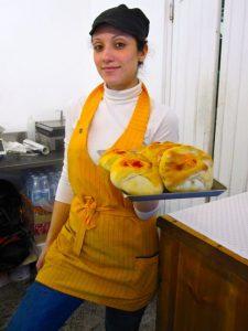 Server at tavola calda in Reggio